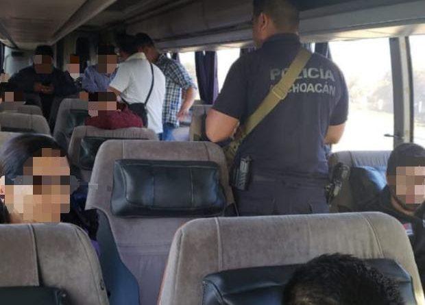RESCATA LA POLICÍA A 23 PERSONAS QUE VIAJABAN EN UN AUTOBÚS SECUESTRADO EN JALISCO